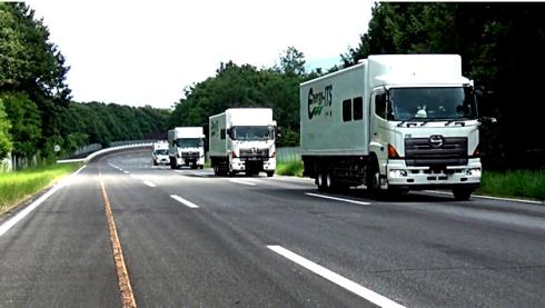 4台の大型トラックを用いた自動運転・隊列走行の実験風景