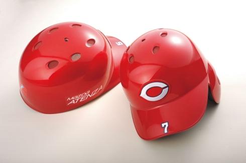 「ソウルレッドプレミアムメタリック」をイメージした特別色を採用した広島東洋カープのヘルメット