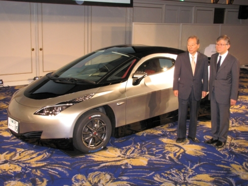 シムドライブの試作第3号車「SIM-CEL」と