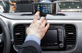 「iBeetle」の「iPhone」とのドッキングステーションはダッシュボード中央部に設置されている