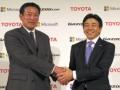 トヨタ自動車の山田博之氏(左)と日本マイクロソフトの小原たく哉氏