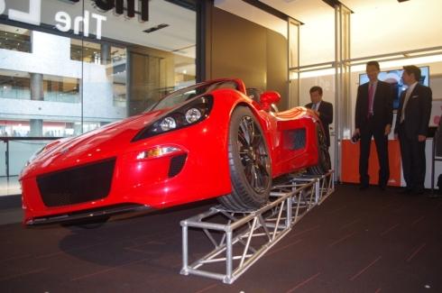 グランフロント大阪で展示されているEVスポーツカー「トミーカイラZZ」