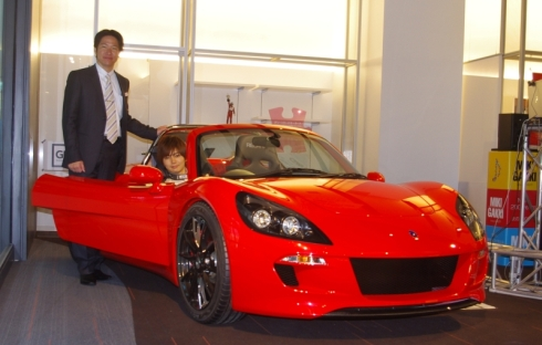 グリーンロードモータースの小間裕康氏(左)と「トミーカイラZZ」のテストドライバーを務める白石勇樹氏