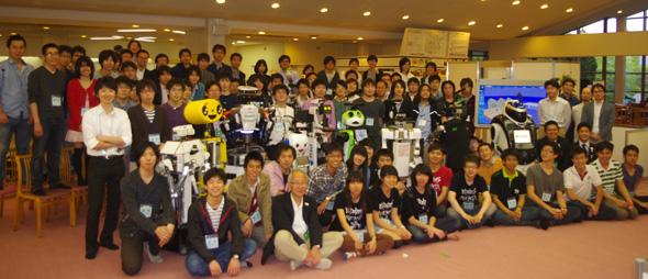 競技に参加したロボットと研究者たち