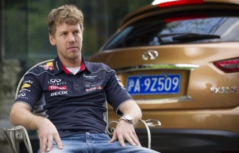 「インフィニティQ50」の開発に携わったF1ドライバーのセバスチャン・ベッテル氏
