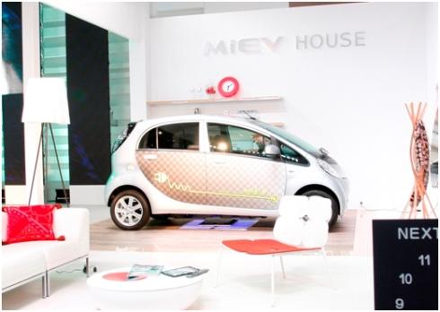 「第42回東京モーターショー2011」における三菱自動車のワイヤレス充電に関する展示