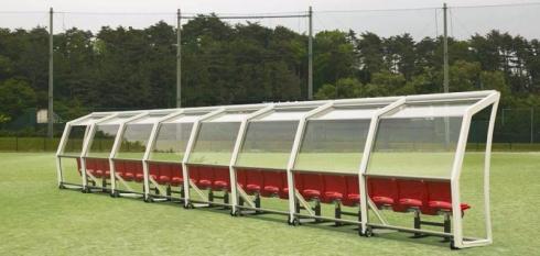 旭硝子のガラスルーフを使用した競技者用ベンチ