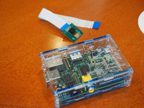 アプトン氏が持参してくれたRaspberry Pi(ケース入り)とカメラモジュール