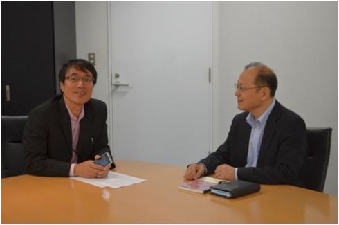 クアルコム ジャパンの前田修作氏(左)と筆者