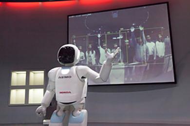 認識した画像をリアルタイムにディスプレイ表示し、自らの機能を説明する「ASIMO」