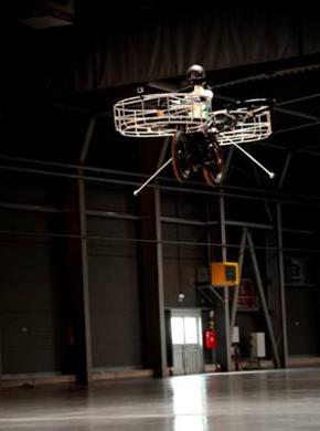 実験で宙を舞う「空飛ぶ自転車」