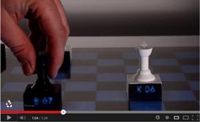 チェスの駒に「Printed Optics」を施すと、駒が情報ディスプレイに