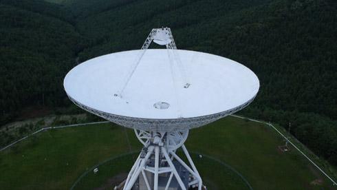 パラボラアンテナの先端にある副反射鏡の上部からメッセージを発信