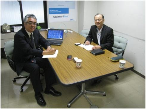 SICKの伊藤琢也氏(左)と筆者