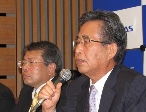 決算説明会に臨むルネサスの作田久男氏(右)と鶴丸哲哉氏