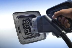 急速充電にも対応。ドイツ本国向けの仕様では「コンボ」を使用する(クリックで拡大) 出典:BMW