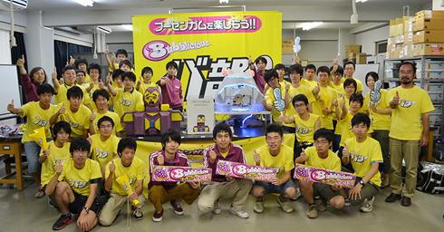 「フーセンガムロボットプロジェクト」に参加した学生らと開発したロボット