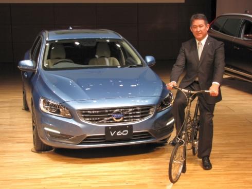 2014年モデルのスポーツワゴン「V60」とボルボ・カー・ジャパン社長のアラン・デッセルス氏
