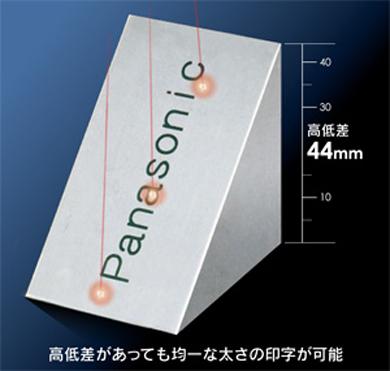 レーザー光の焦点をZ軸方向に制御できるため、高低差のあるワークにも印字可能