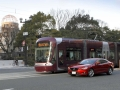 広島電鉄の路面電車と並走する「アテンザ」