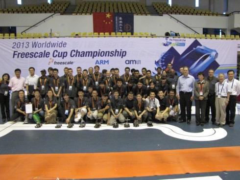 フリースケール・カップ世界大会の各国参加チームとサポートスタッフで記念撮影