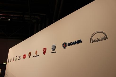 会場の入口に掲げられていたフォルクスワーゲングループに属する11ブランドのロゴ