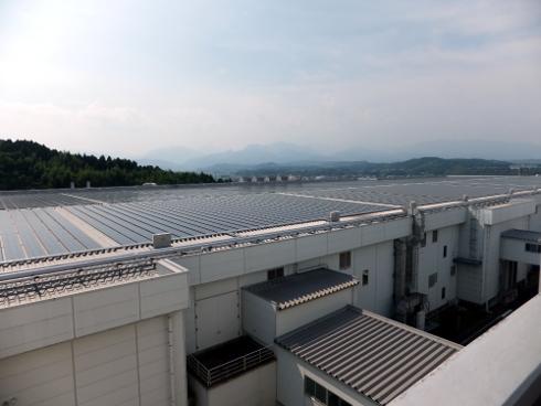 倉庫建屋屋上に設置されたソーラーパネル。この数がほぼ1日の生産量と同じ