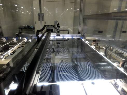 裏面電極をレーザーで分断した後の自動検査工程