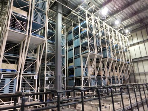 部材と製品を一緒に管理する巨大な自動倉庫