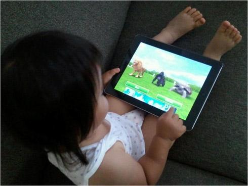 iPadを操作する1歳半の娘