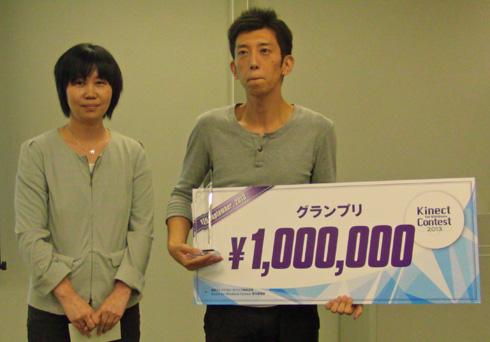 グランプリの賞金100万円を手にしたfour-deeの岩瀬聡一郎さん