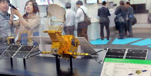 水循環変動観測衛星「しずく」の模型
