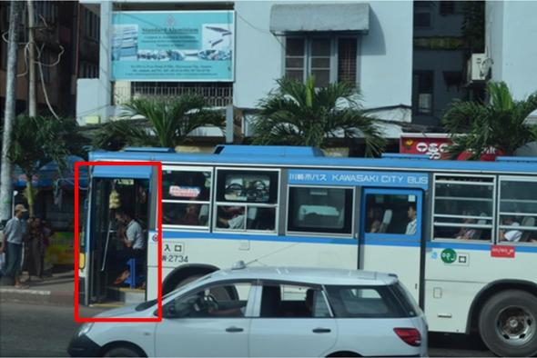 昇降口に座席が設けられているヤンゴンのバス