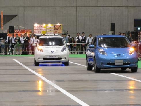 停車している他車両の横を通過する自動運転車