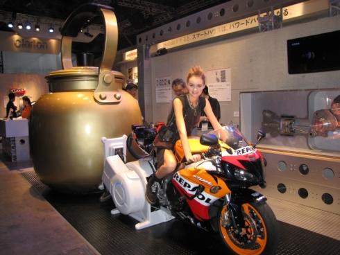 ホンダが展示した巨大なやかんとバイク