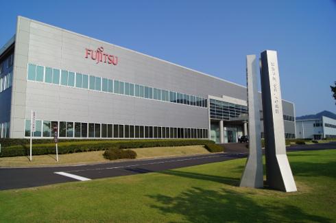 島根富士通の工場。近代的な建屋が2棟並ぶ