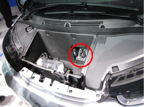普通充電コネクタはボンネット下にある車両前部の荷室内に設置されている