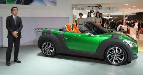 軽オープンスポーツカーのコンセプトモデル「KOPEN」について説明するダイハツ工業の上田亨氏