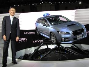 「東京モーターショー2013」で世界初披露された「LEVORG」と富士重工業の吉永泰之氏
