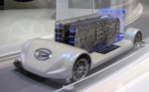 「東京モーターショー2009」における貴金属フリー液体燃料電池を搭載するミニカーの走行デモの様子