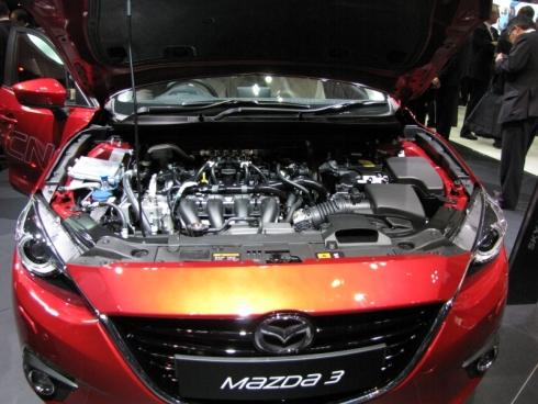 「Mazda3 SKYACTIV-CNGコンセプト」のエンジンルーム