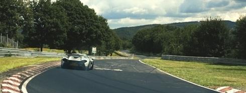 ニュルブルクリンク北コースを走行する「マクラーレンP1」