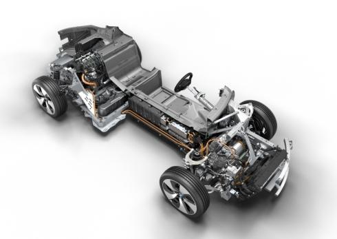 「i8」は車両の前部にモーター、後部にエンジンを搭載している
