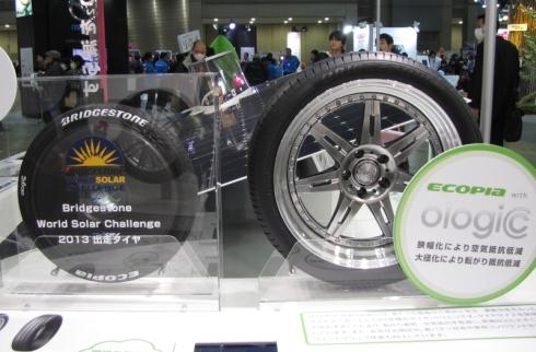 ブリヂストンの超低燃費タイヤ「ECOPIA with ologic」。右側にあるのがBセグメントのコンパクトカーに最適な155/55R19サイズ品。左側にあるのは、工学院大学ソーラーカープロジェクトの「PRACTICE」向けのタイヤである(クリックで拡大)
