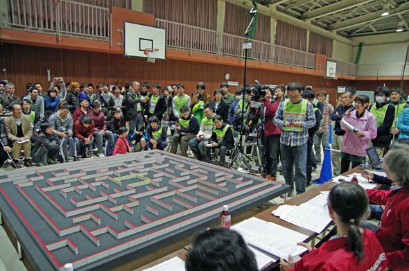 「第34回全日本マイクロマウス大会」決勝の様子