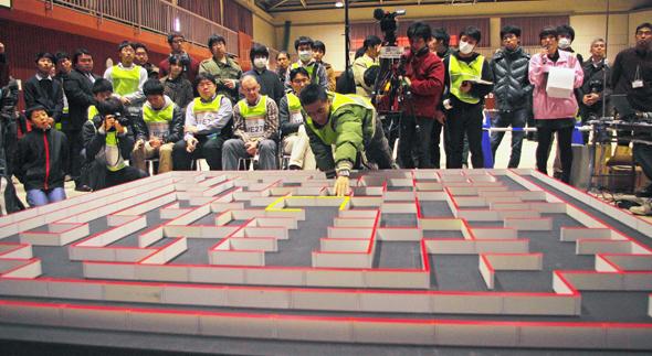 ロボットは小さく、迷路は256区画と広大だ