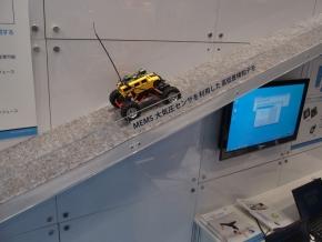 MEMS圧力センサーを搭載するラジコンを使って高低差を検知するデモ