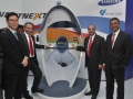 「第12回オートエキスポ2014」の会場で提携を発表するタタ・モーターズとサムスン電子の幹部