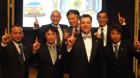 キックオフパーティに参加したチームメンバーとスポンサーの代表者