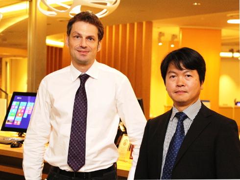 日本マイクロソフト Windows Embedded Business ビジネス グループ リードのギヨーム・エステガシー氏(左)とインテル クラウド・コンピューティング事業本部 インテリジェント・システムズ・グループ 事業開発マネージャーの安齋尊顕氏(右)